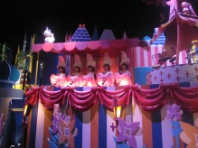 Hong-Kong-Disneyland-Its-A-Small-World-2
