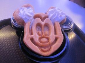 Hong-Kong-Disneyland-mickey-mouse-waffles